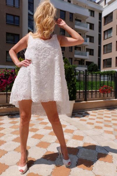Ефектна бяла рокля от флорална 3D дантела